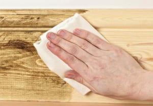 Lau nhà bằng khăn khô khi thời tiết nồm ẩm